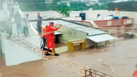 ભારે વરસાદને કારણે જામનગર અને રાજકોટમાંથી ૧૭૦૦થી વધારે લોકોને સલામત સ્થળે ખસેડવાની પ્રક્રિયા પણ કરવામાં આવી