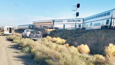 અમેરિકામાં ટ્રેન ખડી પડી : ત્રણનાં મૃત્યુ, ૫૦ને ઈજા