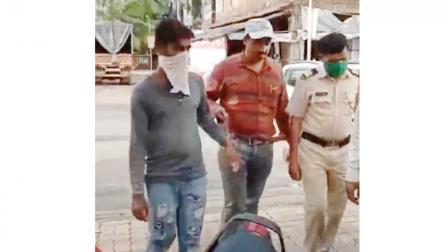 બળાત્કારનો આરોપી સૂરજ (ગ્રે ટી-શર્ટ) તુળીંજ પોલીસ સાથે