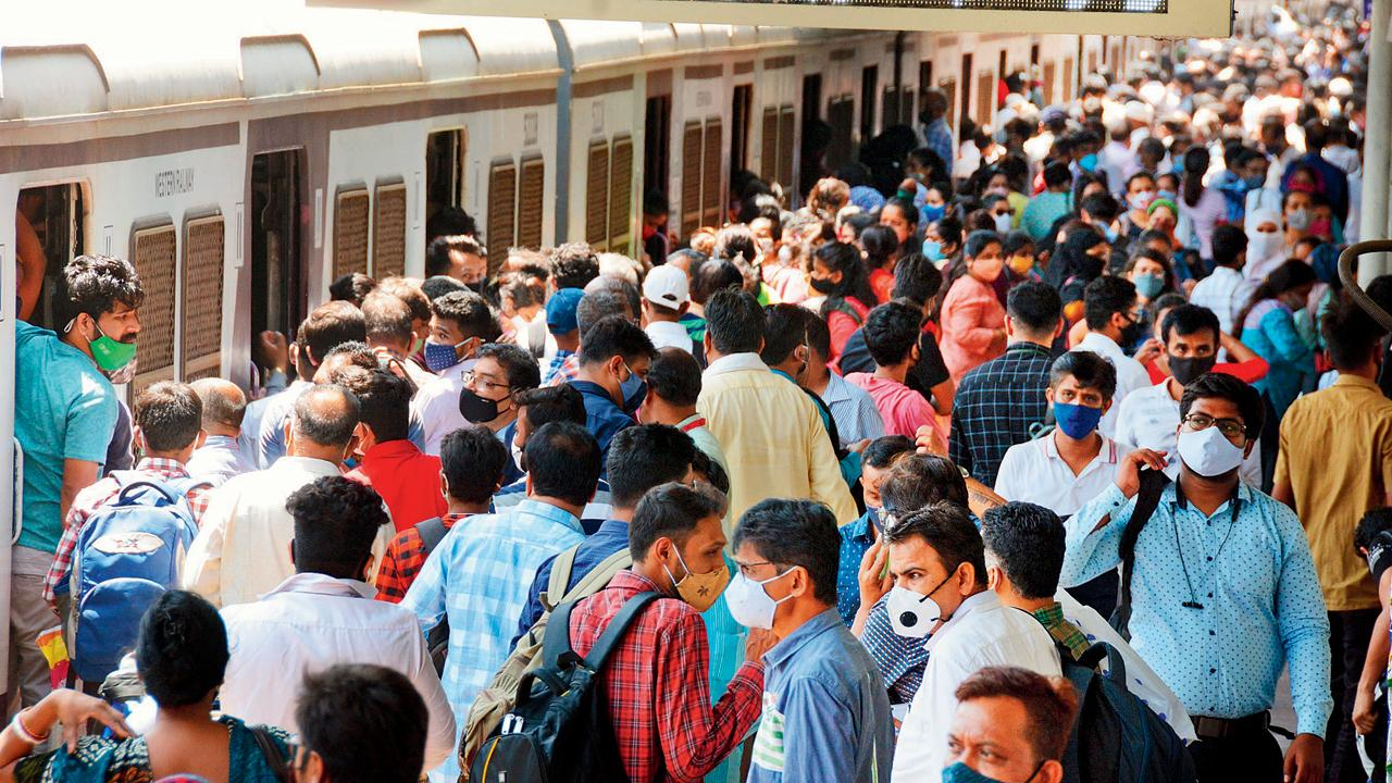 મુંબઈમાં પાસ લઈને લોકલ ટ્રેનમાં પ્રવાસ કરનારા લોકોની સંખ્યા સતત વધી રહી છે, છતાં ટિકિટ નથી અપાતી