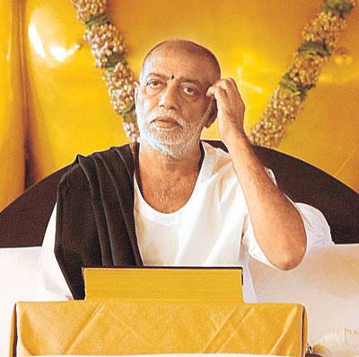 મોરારીબાપુની અસમંજસ : કથા ગુજરાતીમાં કહું કે હિન્દીમાં?