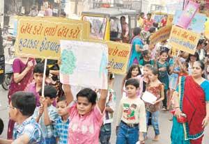 જામનગરમાં ફટાકડા નહીં ફોડવાના મેસેજ સાથે જૈન બાળકોએ કાઢી રૅલી