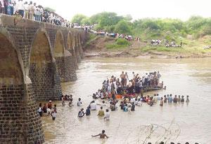 મહારાષ્ટ્ર : બસ નદીમાં ખાબકી ૨૪નાં મોત, ૩૦ ઘાયલ