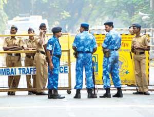 ગુજરાત જતાં વધારાનાં દળો મહારાષ્ટ્રમાં વાળવામાં આવ્યાં